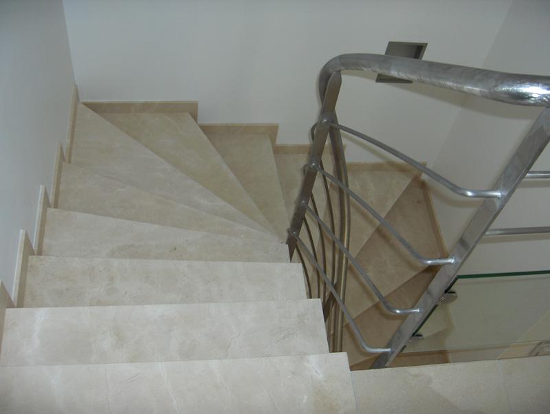 escalier en marbre les marches sont en marbre blanc duune carrire italienne de carrare et les. Black Bedroom Furniture Sets. Home Design Ideas